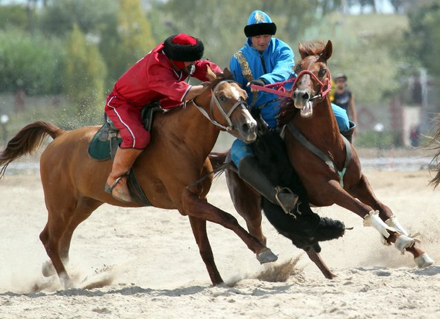 A Kazah (R) and a US horsemen take part in the traditional Central Asian sport of Kok-Boru (goat dragging), a competion held as part of the 2nd World Nomad Games at Issyk-Kul lake in Cholpon-Ata, Kyrgyzstan, 06 September 2016. Teams from Azerbaijan, Kazakhstan, Mongolia, Kazakhstan and Tajikistan are competing in ethnic sport games during the cultural event that runs from 03 to 08 September. The mission of the games is to promote the revival and preservation of the historical heritage of the nomadic peoples of the world civilization. (Photo by Igor Kovalenko/EPA)