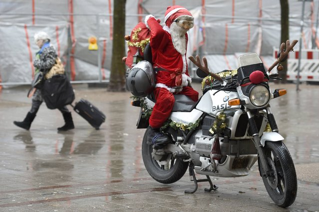 A doll dressed as Santa Claus sits on a bike in downtown Hamburg, December 24, 2014. (Photo by Fabian Bimmer/Reuters)