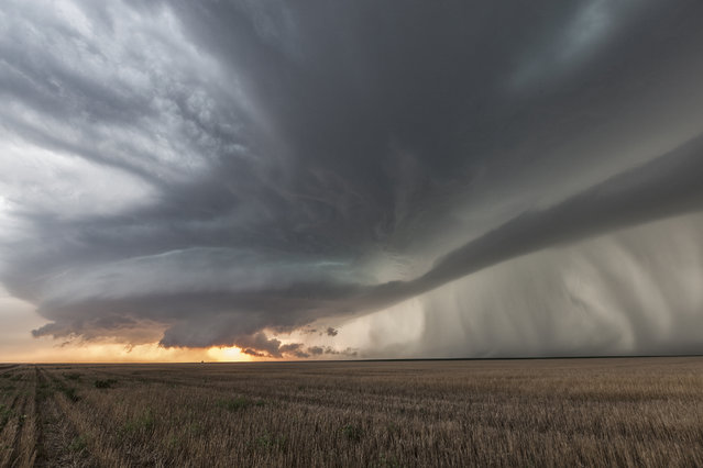A tornadic supercell over farmlands, on JULY 18, 2014, in Kansas. (Photo by Roger Hill/Barcroft Media)
