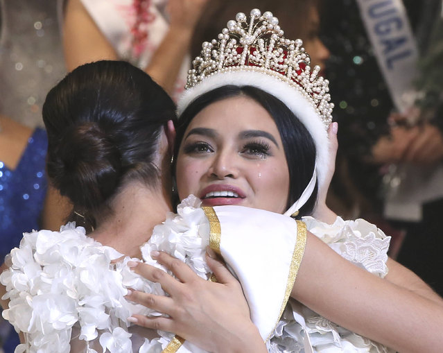 Miss Philippines Kylie Verzosa is congratulated by 2015 Miss International Edymar Martinez of Venezuela after being crowned 2016 Miss International during the final of the beauty pageant in Tokyo, Thursday, October 27, 2016. (Photo by Koji Sasahara/AP Photo)