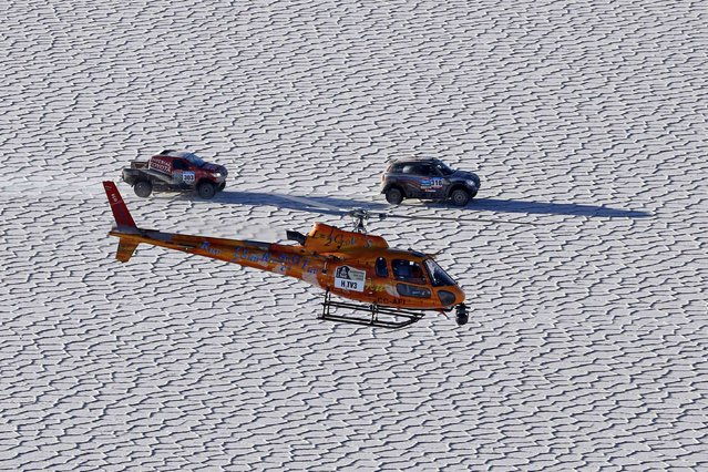 Toyota driver Giniel de Villiers of South Africa (L) and Mini driver Vladimir Vasilyev of Russia drive on the Salar de Uyuni salt flat during the 8th stage of the Dakar Rally 2015, from Uyuni to Iquique, January 11, 2015. (Photo by Jean-Paul Pelissier/Reuters)