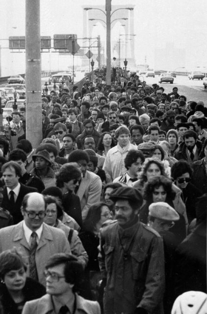 Thousands of New Yorkers cross the Brooklyn Bridge heading for work in Manhattan on April 2, 1980, the second day of the transit strike which halted city subway and bus service. (Photo by Carlos Rene Perez/AP Photo)