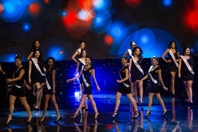 Contestants are pictured on stage during the Grand Final of the Miss World 2016 pageant at the MGM National Harbor December 18, 2016 in Oxon Hill, Maryland. (Photo by Zach Gibson/AFP Photo)