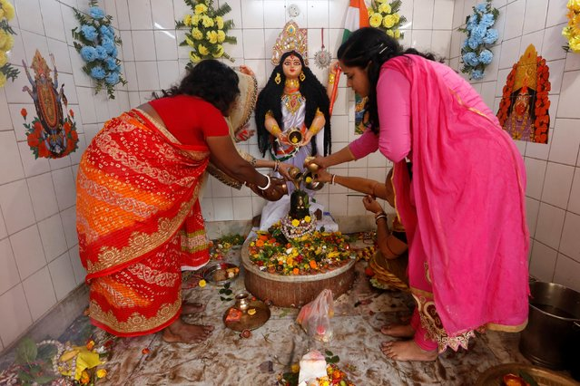 Hindu devotees pour holy water over a Shivling (a symbol of Lord Shiva) inside a temple during the Maha Shivratri festival in Kolkata, March 4, 2019. (Photo by Rupak De Chowdhuri/Reuters)
