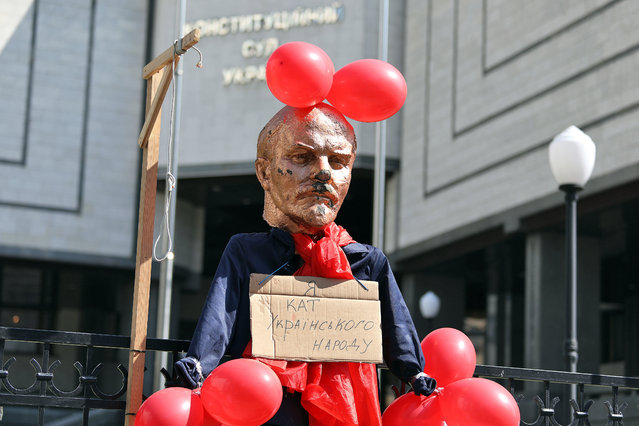"""Activists set up a gallow and a bust of Soviet Union founder Vladimir Ilyich Ulyanov, known as Lenin, during a protest action near the Ukrainian Constitutional Court building in Kiev on July 16, 2019, as it considers the case on the constitutionality of the laws on de-communization. 46 Ukrainian lawmakers, mostly supporters of former Russia-backed President Viktor Yanukovych, addressed the court to repeal the laws """"On the cleansing of power"""" and """"On condemnation of the communist and national socialist (Nazi) totalitarian regimes in Ukraine and the prohibition of their symbols"""". (Photo by Danil Shamkin/Ukrinform/Barcroft Media)"""