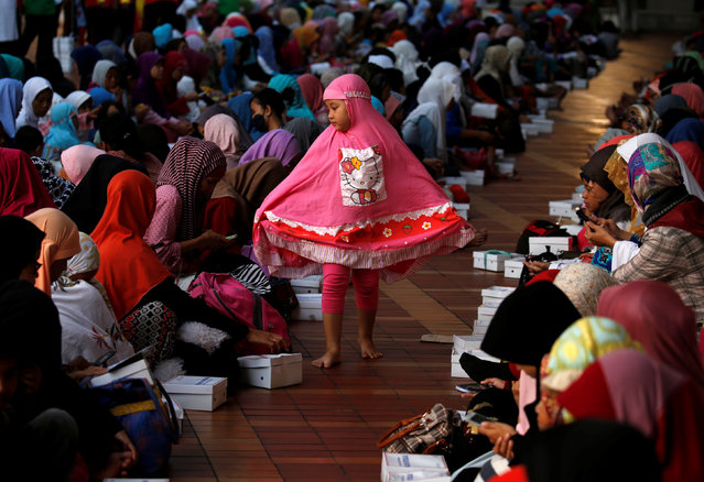 A child walks between Muslim women waiting to break the fast during the holy month of Ramadan inside Istiqlal mosque in Jakarta, Indonesia June 6, 2016. (Photo by Reuters/Beawiharta)