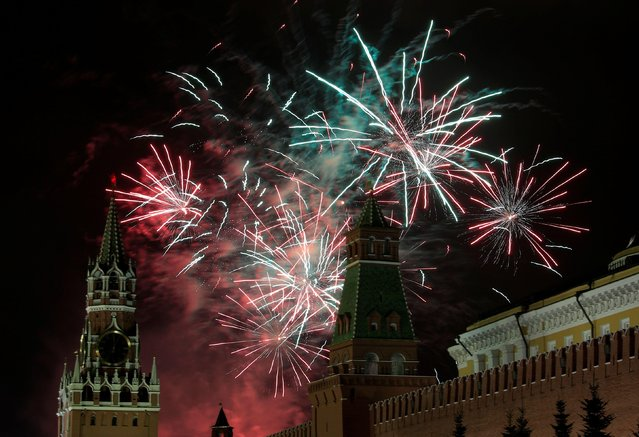 Fireworks explode in the sky over the Kremlin during the New Year's celebrations in Moscow, Russia on January 1, 2020. (Photo by Tatyana Makeyeva/Reuters)