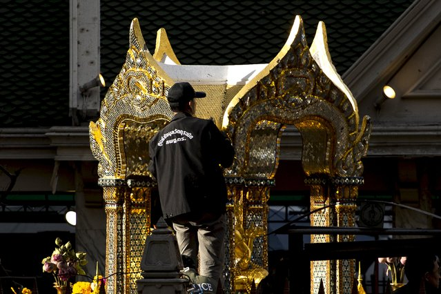 An expert investigates the Erawan shrine at the site of a deadly blast in central Bangkok, Thailand, August 18, 2015. (Photo by Athit Perawongmetha/Reuters)