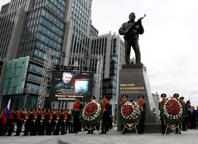 Guards of honour stand next to a monument to Mikhail Kalashnikov, the Russian designer of the AK-47 assault rifle, during its opening ceremony in Moscow, Russia September 19, 2017. (Photo by Sergei Karpukhin/Reuters)