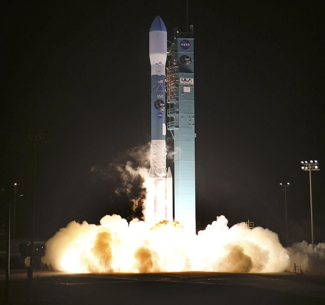 A 127-foot (39 meter) rocket built and flown by United Launch Alliance blasts off at 6:22 a.m. PST (14:22 GMT) from Vandenberg Air Force Base, California in this January 31, 2015 file photo. A key instrument on a $1 billion NASA satellite has failed, reducing scientists' ability to capture data to measure the moisture in Earth's soil in order to improve flood forecasting and monitor climate change, officials said September 3, 2015. (Photo by Gene Blevins/Reuters)