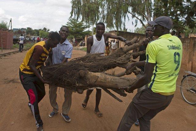 Anti-coup protesters erect roadblocks in Ouagadougou, Burkina Faso, September 18, 2015. (Photo by Joe Penney/Reuters)
