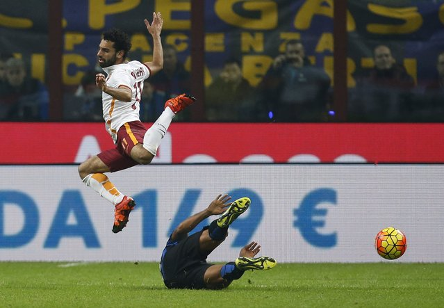AS Roma's Mohamed Salah (top) is challenges Inter Milan's Fredy Guarin during their Italian Serie A soccer match at the San Siro stadium in Milan, Italy, October 31, 2015. (Photo by Alessandro Garofalo/Reuters)