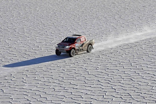 Toyota driver Giniel de Villiers of South Africa drives on the Salar de Uyuni salt flat during the 8th stage of the Dakar Rally 2015, from Uyuni to Iquique, January 11, 2015. (Photo by Jean-Paul Pelissier/Reuters)