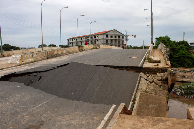 A general view of the Kamorteiro bridge that collapsed in the Talatona neighbourhood of Luanda, Angola, on April 20, 2021, after the heavy rains on April 19, 2021. Flash floods triggered by torrential rains killed 14 people and displaced around 8,000 others in the Angolan capital Luanda on April 19, 2021 the national news agency has reported. (Photo by Osvaldo Silva/AFP Photo)