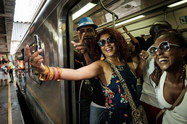 "A woman takes a ""selfie"" after riding the Samba Train, the annual special train carrying samba musicians and enthusiasts, part of celebrations of the national samba day and the 100 th anniversary of Samba at the Central do Brasil train station in Rio de Janeiro, Brazil, on December 3, 2016. (Photo by Yasuyoshi Chiba/AFP Photo)"