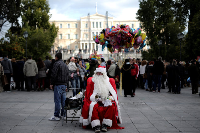 A street performer dressed as Santa Claus waits to be photographed with passers-by on central Syntagma square in Athens, Greece, December 27, 2016. (Photo by Alkis Konstantinidis/Reuters)