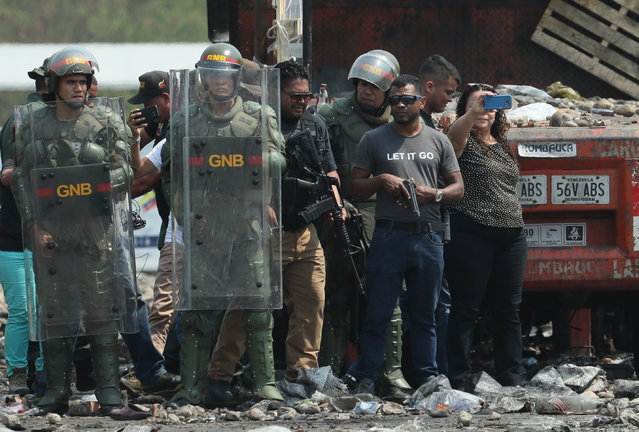 Members of the Venezuelan Security Forces stand guard on the Venezuelan side of the Francisco de Paula Santander bridge, on the border between Colombia and Venezuela, in Cucuta, Colombia, 24 February 2019. According to reports, at least four people were killed a day earlier during clashes at the border between Venezuela and Colombia in an attempted entry of humanitarian aid to Venezuela. (Photo by Mauricio Duenas Castaneda/EPA/EFE)