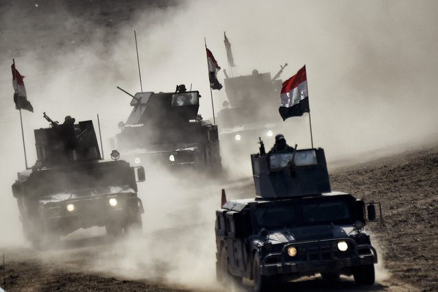 """Iraqi troops advance towards Mosul's on February 24, 2017 during an ongoing offensive to retake the northern city from jihadists of the Islamic State group Iraqi forces entered west Mosul neighbourhoods, a key stronghold in the shrinking """"caliphate"""" of the Islamic State group, which replied with deadly suicide attacks in Iraq and Syria. The elite Counter-Terrorism Service that did most of the fighting in the four-month-old Mosul offensive entered a neighbourhood further west along the city's southern limits. (Photo by Aris Messinis/AFP Photo)"""