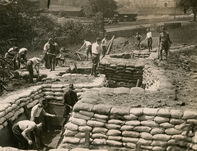 Princeton University students who have enlisted in military service learn about trench construction during World War One. (Photo by Reuters/Courtesy Library of Congress)