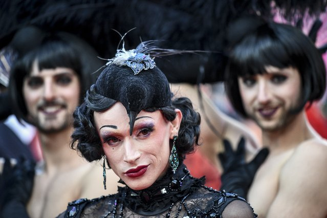"""Costumed guests arrive for the """"Life Ball"""" charity event at the Rathaus city hall in Vienna, Austria, 10 June 2017. (Photo by Christian Bruna/EPA/EFE)"""