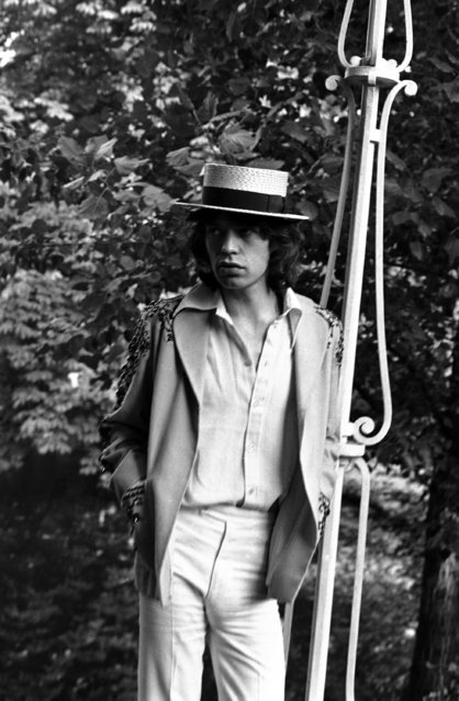 Mick Jagger, lead singer of The Rolling Stones pop music group, wears a straw hat during a press conference at the Bois de Boulogne in Paris, France on September 22, 1970. The Rolling Stones will perform at three concerts in the French capital. (Photo by AP Photo)