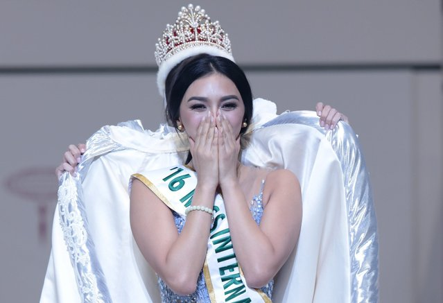 The winner of the Miss International 2016 competition, Miss Philippines Kylie Verzosa (front) is celebrated by Miss International 2015 Edymar Martinez of Venezuela during the Miss International Beauty Pageant 2016 in Tokyo, Japan, 27 October 2016. Representatives from more than 69 countries and regions took part in the beauty contest. (Photo by Yuya Shino/EPA)