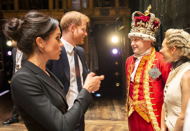 """Meghan, Duchess of Sussex and Prince Harry, Duke of Sussex meet the cast and crew of """"Hamilton"""" backstage after the gala performance in support of Sentebale at Victoria Palace Theatre on August 29, 2018 in London, England. (Photo by Dan Charity – WPA Pool/Getty Images)"""