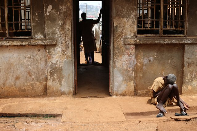 An inmate sits in the sun at the Central Prison in Freetown on May 7, 2021. According to many NGOs, prisoners have extremely hard living conditions and have suffered for years from a lack of access to food and water in Sierra Leone's prisons. (Photo by Anne-Sophie Faivre Le Cadre/AFP Photo)