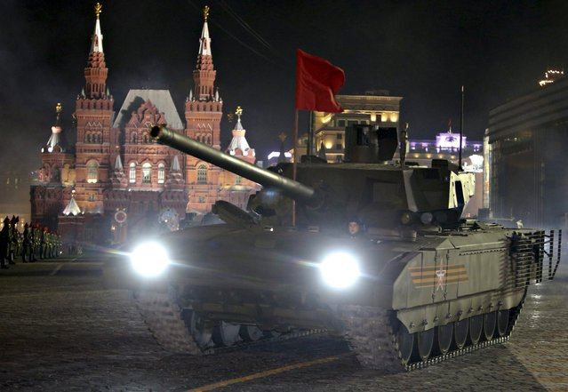 """Russian servicemen operate """"Armata"""" main battle tank during a rehearsal for the Victory parade on Moscow's Red Square May 4, 2015. (Photo by Sergei Karpukhin/Reuters)"""
