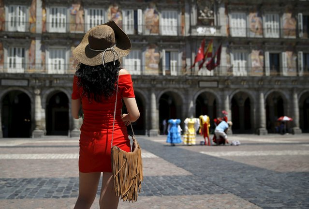 A tourist with a hat visits Madrid's landmark Plaza Mayor during a hot summer day in central Madrid, Spain, July 1, 2015. (Photo by Andrea Comas/Reuters)