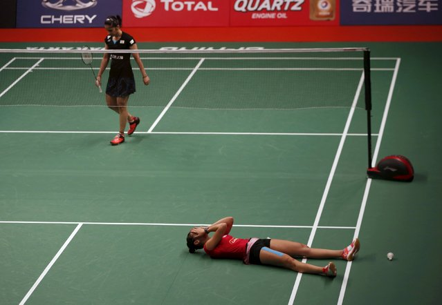 Spain's Carolina Marin (R) reacts after winning India's Saina Nehwal during their final women single badminton match at the BWF World Championships in Jakarta, August 16, 2015. (Photo by Reuters/Beawiharta)