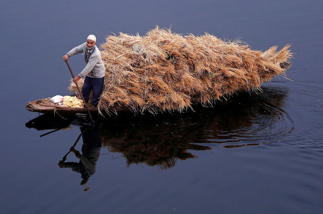 A man rows his boat filled with straw on the waters of Nageen Lake on a cold morning in Srinagar November 16, 2017. (Photo by Danish Ismail/Reuters)