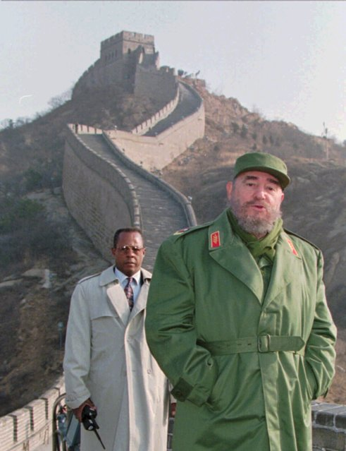 Cuban Prsident Fidel Castro stands on the Great Wall of China, 43 miles (70 kilometers) north of Beijing, Friday December 1, 1995. Castro, who is in China to boost trade and study the country's market oriented economy, was to spend the day sight-seeing before an evening meeting with Premier Li Peng. (Photo by Greg Baker/AP Photo)