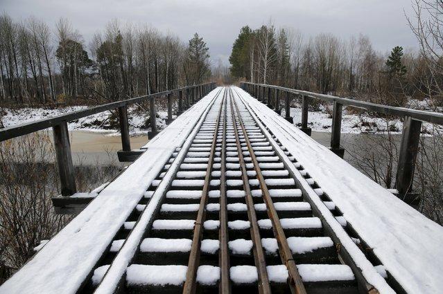 Snow lies on a railway bridge near Sankin in Sverdlovsk region, Russia October 18, 2015. (Photo by Maxim Zmeyev/Reuters)