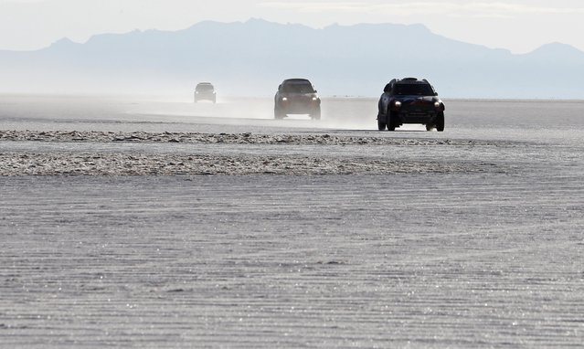 Competitors race on the Salar de Uyuni salt flat during the 8th stage of the Dakar Rally 2015, from Uyuni to Iquique, January 11, 2015. (Photo by Jean-Paul Pelissier/Reuters)