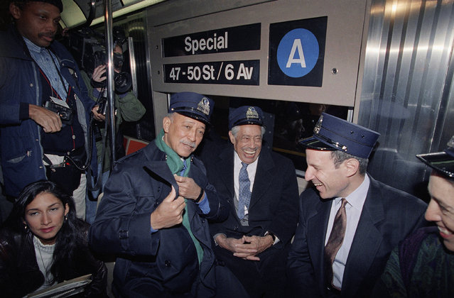 Jazz great Cab Calloway, center, jokes with New York City Mayor David Dinkins, left, and Grammy organizer Jonathan Tisch, while riding a specially designated subway train from Harlem to Radio City Music Hall as part of the Grammy Week festivities in New York, February 18, 1992. (Photo by Alex Brandon/AP Photo)