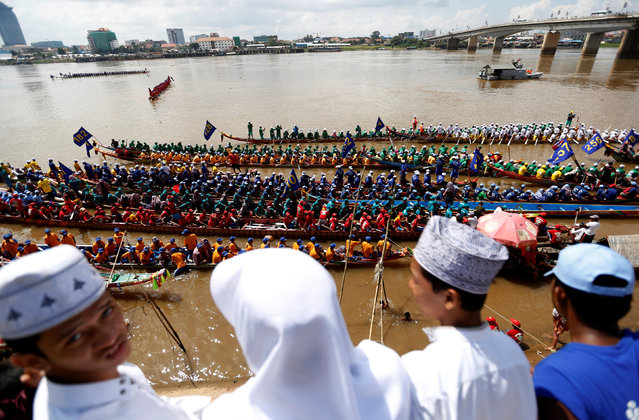 Ethnic Cham Muslims watch as rowers gather at the start of a boat race near the Royal Palace during the annual Water Festival on the Tonle Sap river in Phnom Penh, Cambodia November 13, 2016. (Photo by Samrang Pring/Reuters)