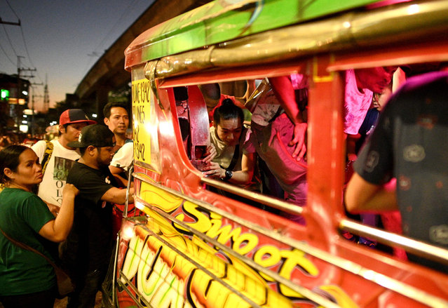 This picture taken on January 14, 2019 shows commuters boarding a jeepney during rush hour in Manila, Philippines. (Photo by Noel Celis/AFP Photo)