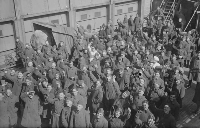 American soldiers of the U.S. Army 27th Division react after arriving in New York City from France on the ocean liner Leviathan, March 6, 1919. (Photo by Reuters/Courtesy Library of Congress)