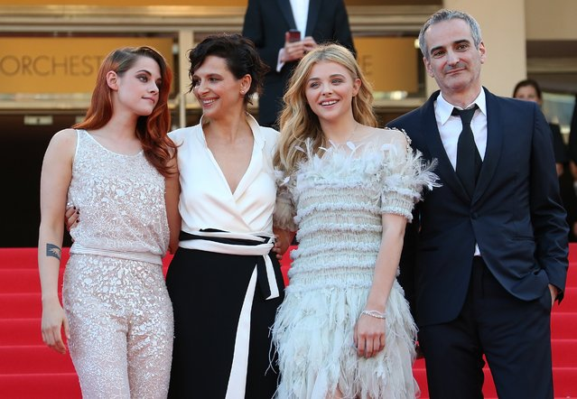 """(From L) US actress Kristen Stewart, French actress Juliette Binoche, US actress Chloe Moretz and French director Olivier Assayas pose as they arrive for the screening of the film """"Sils Maria"""" at the 67th edition of the Cannes Film Festival in Cannes, southern France, on May 23, 2014. (Photo by Loic Venance/AFP Photo)"""