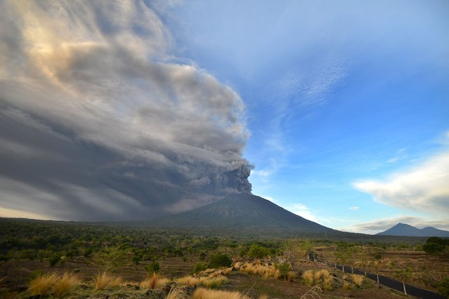 General view of Mount Agung during an eruption seen from Kubu sub-district in Karangasem Regency, on Indonesia's resort island of Bali on November 26, 2017. (Photo by Sonny Tumbelaka/AFP Photo)