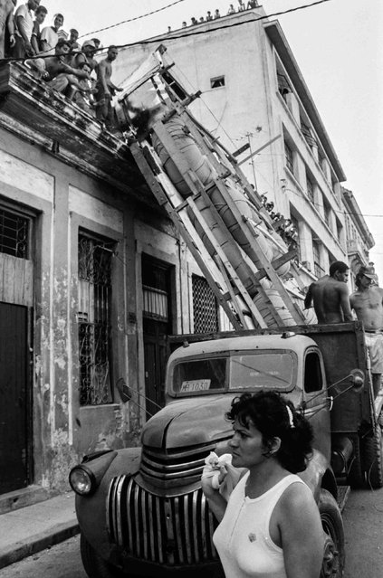 A makeshift boat is lowered from a roof where it was constructed by would-be emigrants, as they take it by truck to launch into the Straits of Florida towards the U.S., on the last day of the 1994 Cuban raft exodus in Havana, in this September 13, 1994 file photo. (Photo by Rolando Pujol Rodriguez/Reuters)