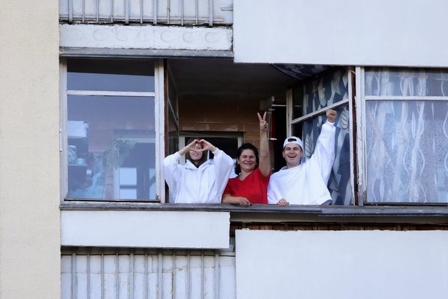 Opposition supporters gesture from a balcony during a rally to demand the resignation of Belarusian President Alexander Lukashenko more than a month after the disputed presidential election, in Minsk, Belarus on September 20, 2020. (Photo by BelaPAN via Reuters)