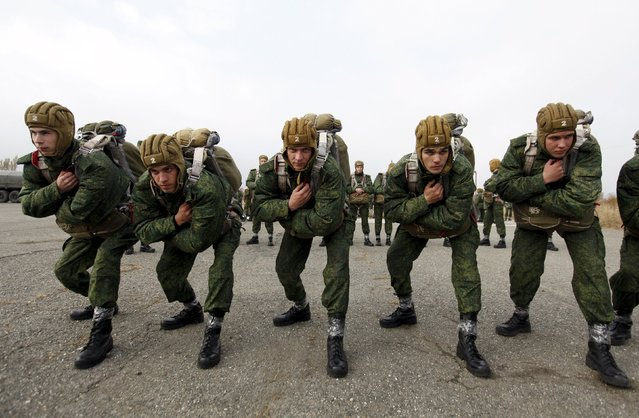 Conscripts, willing to join Russian airborne forces, train before boarding a plane during parachute jumping military exercises outside the southern city of Stavropol, Russia, October 29, 2015. (Photo by Eduard Korniyenko/Reuters)
