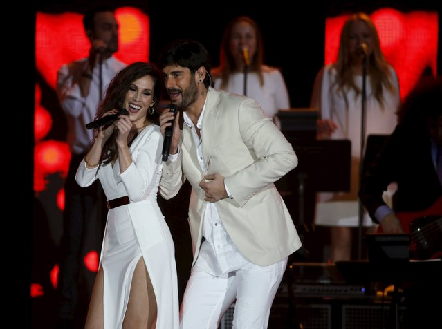 Singers Malu (L) and Melendi perform a medley during the Latin Recording Academy Person of the Year gala honoring Brazilian singer Roberto Carlos in Las Vegas, Nevada November 18, 2015. (Photo by Mario Anzuoni/Reuters)