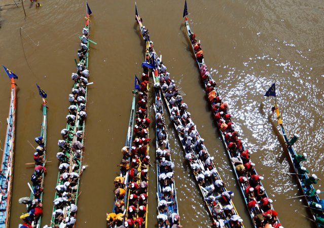 Rowers gather at the start of a boat race near the Royal Palace during the annual Water Festival on the Tonle Sap river in Phnom Penh, Cambodia November 13, 2016. (Photo by Samrang Pring/Reuters)