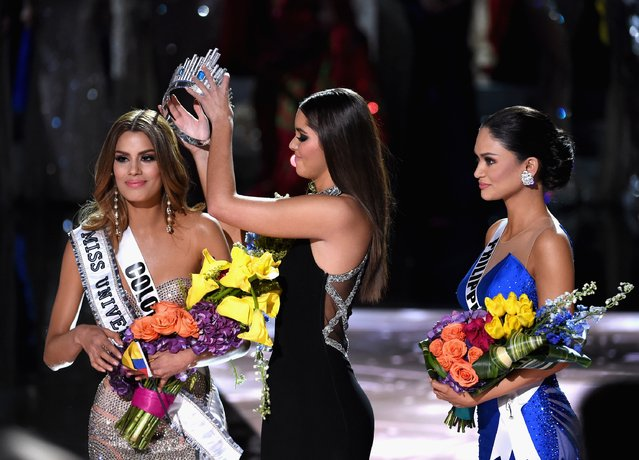 (L-R) Miss Colombia 2015, Ariadna Gutierrez, has her crown removed by Miss Universe 2014, Paulina Vega, and given to the winner of Miss Universe 2015, Miss Phillipines 2015, Pia Alonzo Wurtzbach. Miss Colombia, Ariadna Gutierrez, was incorrectly named Miss Universe 2015 during the 2015 Miss Universe Pageant at The Axis at Planet Hollywood Resort & Casino on December 20, 2015 in Las Vegas, Nevada. (Photo by Ethan Miller/Getty Images)
