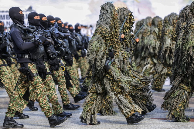 Malaysian armed forces personnel in camouflage suits march during an Independence Day celebration rehearsal in Putrajaya, Malaysia, 29 August 2018. Malaysia gained its independence from British colonial rule in 1957. (Photo by Ahmad Yusni/EPA/EFE)