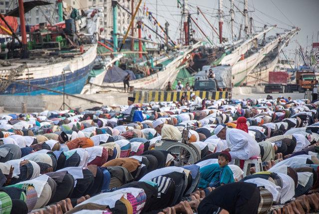 Muslims perform prayers for the Muslim holiday of Eid al-Adha at Sunda Kelapa Port in Jakarta, Indonesia  August 22, 2018 in this photo taken by Antara Foto. (Photo by Aprillio Akbar/Antara Foto via Reuters)