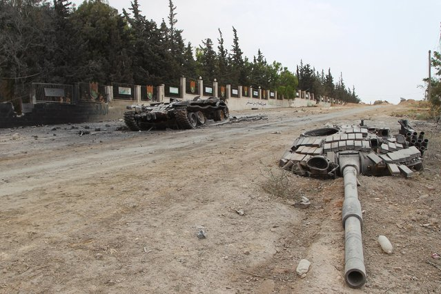 A damaged tank is pictured in the Mastouma military base after the rebel fighters seized it, in Idlib May 20, 2015. (Photo by Ammar Abdullah/Reuters)